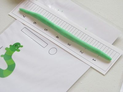 """我们读了Leo Lionni的书""""Inch by Inch"""",然后享受了一个小型幼虫玩面团测量乐趣!"""
