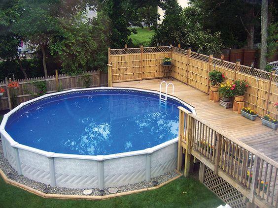 这是超过地面游泳池的想法与甲板22 +。在地上游泳池周围搭建一个甲板可以极大地改变外观和感觉。找出最好的