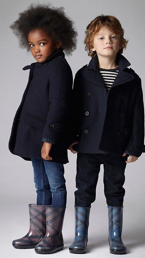 探索Burberry儿童的礼物,包括跑道微缩模型,婴儿礼品套装以及俏皮色彩和印花的配饰