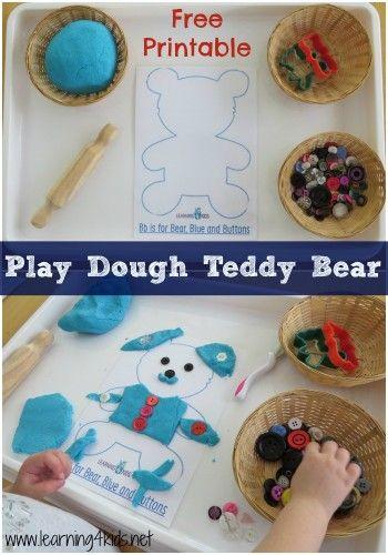 做一个玩面团泰迪熊是一个邀请孩子们探索他们的想象力和实验所提供的工具,并做出一些惊人的创作。使用泰迪熊游戏面团垫滚动,模具,按压并使用游戏面团和按钮创建一些有趣的角色。这是一个开放式的游戏邀请,允许孩子们自由探索,没有任何期望或完成此活动的正确或错误方式。你需要玩面团,纽扣,擀面杖,泰迪熊曲奇饼干(可选)和一个小孩安全玩面团刀。你还需要泰迪熊玩面团垫和