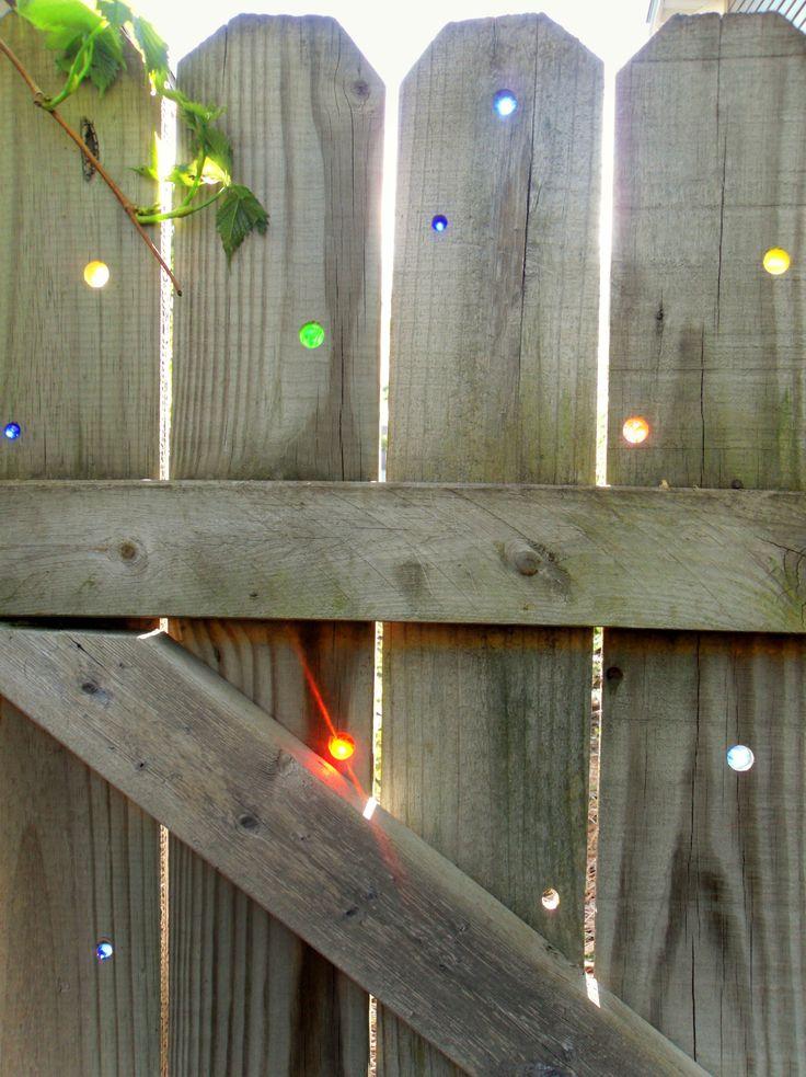 在篱笆中插入的大理石。