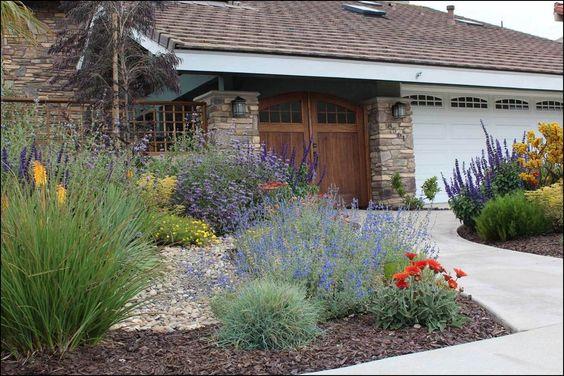 需要启示?下面你会发现100多个当地的奥兰治县花园,都展示了加州友好元素。我们按花园风格组织了这个页面。如果您需要额外的设计或工厂帮助,请到罗杰花园停下来,或联系我们的景观部门询问完整的加州友好花园设计和安装。
