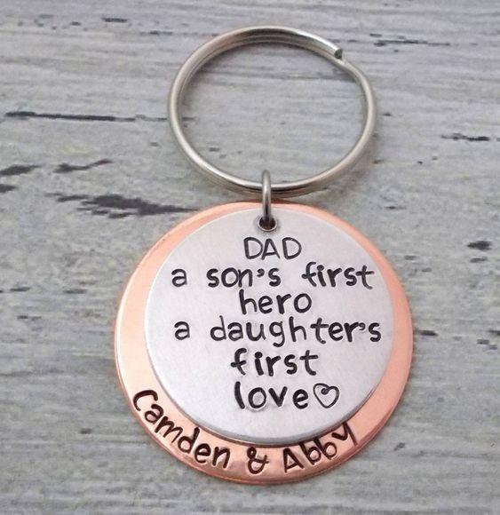 这个钥匙扣是爸爸的完美礼物!这是一个带有1 1/4英寸铝制圆盘的带有手印的钥匙扣,带有A Sons First Hero,A Daughters First Love DAD,上面有豪华字体。儿童名字在1 1/2英寸铜盘上。请将您的个性化设置放在备注框中