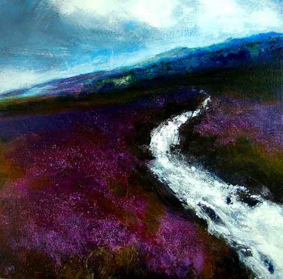 爱尔兰风景展示了沼泽之间的紫色石南花之间的水流。