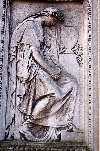 来自维基百科:墓地的名字来自忏悔者路易十四,PèreFrançoisdela Chaise(1624-1709),他住在1682年在礼拜堂重建的耶稣会房屋。该物业坐落在山坡上,国王在Fronde期间观看了Condé和Turenne之间的冲突,于1804年由Alexandre-ThéodoreBrongniart布置,并随后扩建。骨灰龛拥有火化的遗骸。纪念法国Brigadists的纪念碑。公墓由拿破仑一世于1804年建立。在Les Halles食品市场边缘的圣徒无辜公墓(CimetièredesInnocents)关闭后,于1786年在巴黎境内禁止墓地。理由是它存在健康危害。 (同样的健康危害也导致了城市南部着名的巴黎地下墓穴的诞生。)几个新的墓地取代了巴黎的墓地,在首都的区域之外:北部的蒙马特墓地,东部的拉雪兹神庙,和南部的蒙帕纳斯公墓。在艾菲尔铁塔的阴影下,城市的中心是帕西公墓。在开放时,墓地���认为距离城市太远,几乎没有葬礼。因此,管理人员制定了一项营销策略,并在1804年大张旗鼓地组织了La Fontaine和Molière遗体的转移。然后,在1817年的另一场伟大景观中,PierreAbélard和Héloïse的遗骸也被转移到了墓地。他们的纪念碑的天蓬是由塞纳河畔诺让修道院的碎片制成的(根据传统,恋人或失恋的单身人士在地下室留下信件,向这对夫妇致敬或希望找到真爱)(见争议)。当人们开始吵着要埋葬在着名公民中时,这种策略取得了预期的效果。记录显示,在几年内,PèreLachaise从包含几十个永久居民到超过33,000人。今天有超过30万个尸体被埋在那里,还有更多的尸体被放在骨灰龛里,那里藏有那些要求火化的人的遗体。