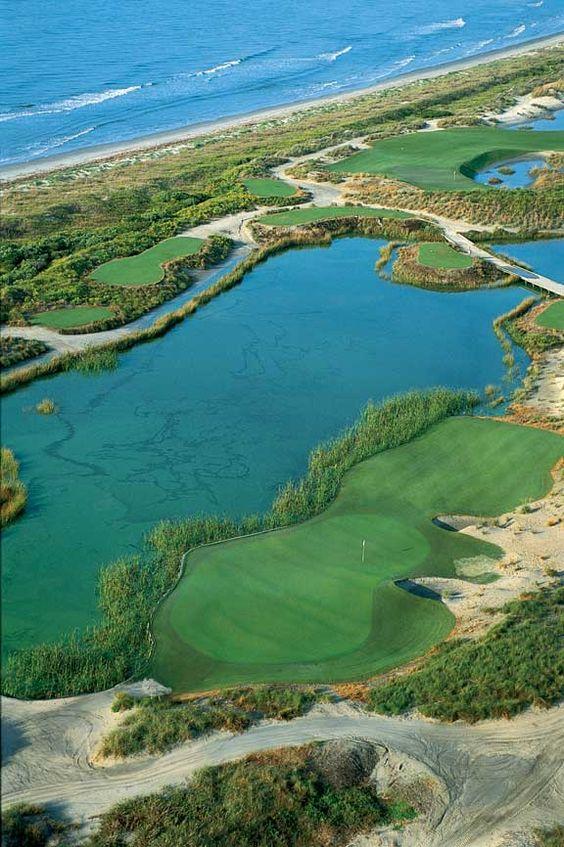在基洼岛高尔夫度假村的海洋球场测试您的技能。 1991年莱德杯比赛和2012年和2021年PGA锦标赛的主场。