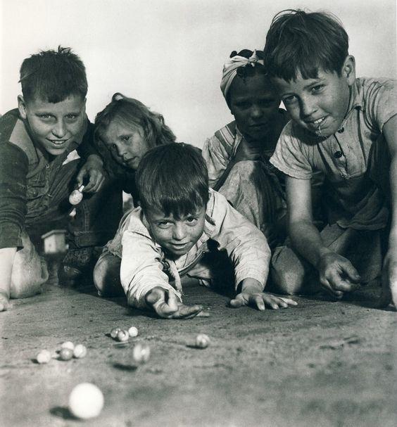 孩子们玩弹珠。 1940年。原始来源不明