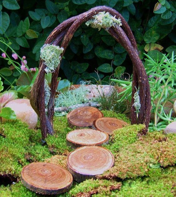 """手工制作的微型拱门和踏脚石为您的童话花园或林地婚礼装饰。 ~~~~~~~~~~~~~~~~~~~~~~~~~~~~~~~~~~~~~~~~~~~~~~~~~~ ~~ 1-天然藤拱约5英寸高,3 1/2英寸宽,装饰有地衣,并有线茎固定在土壤中。 5-木盘垫脚石约。每个直径3/4""""-1。~~~~~~~~~~~~~~~~~~~~~~~~~~~~~~~~~~~~~~~~~~~~~~~~~~~~~ .etsy.com / shop / HickoryHillWoodworks?ref = si_shop ~~~~~~~~~~~~~~~~~~~~~~~~~~~~~~~~~~~~~~~~~ ~~~~~~~~~~~~~~项目喷涂丙烯酸非食品级密封,供户外使用。由于使用了天然材料,项目可能与图片略有不同,但我相信你会对你收到的那个很满意.~这些物品不是用作玩具,也不适合幼儿〜"""