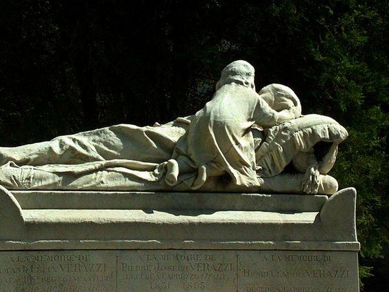 在母亲的坟墓的追悼的孩子在腐朽但令人愉快的Pere-Lachaise公墓在巴黎,法国。