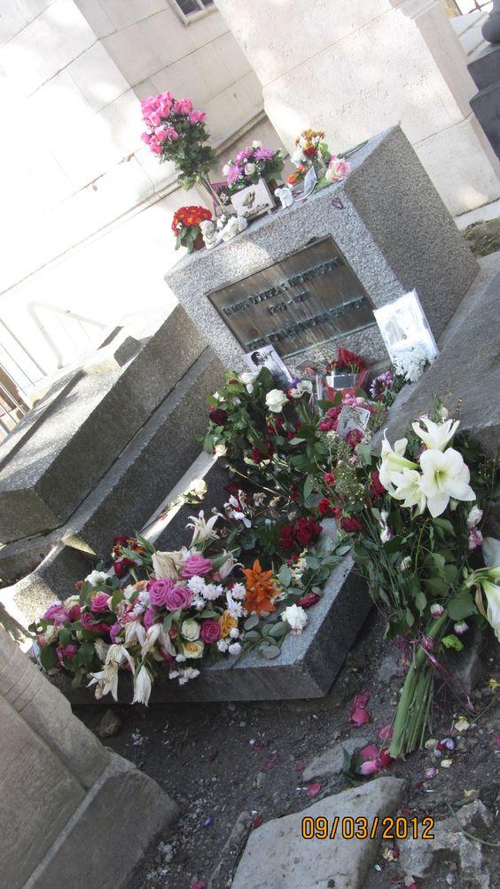 吉姆莫里森在巴黎拉雪兹神父公墓的坟墓。法国