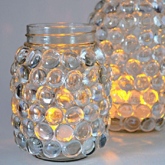 这些超级简单的梅森罐子灯具需要很少的工具和用品,即使是那里最不起眼的工匠也是如此!