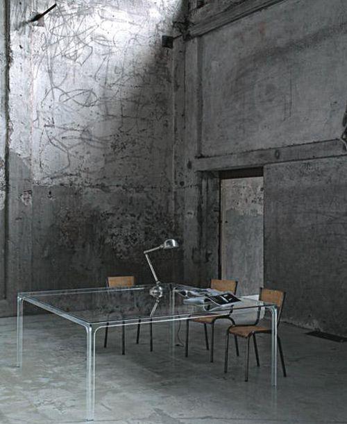 完美搭配| Piero Lissoni的桌子+旧学校椅子。