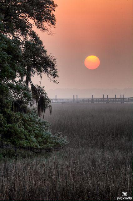 在盐水沼泽的日出在希尔顿黑德岛卡罗来纳州2011年4月10日由吉姆Crotty