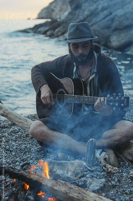 弹在海滩的人吉他
