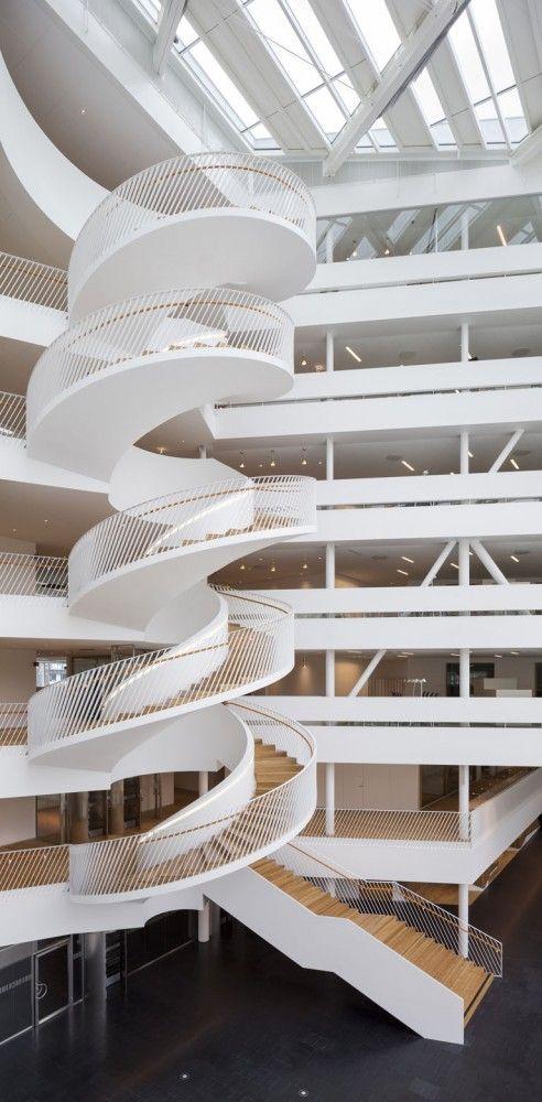 Banco da Suécia, em Landsvägen, Sundbyberg, Suécia. Arquitetura: 3XN.  Fotografias: Adam Mork.