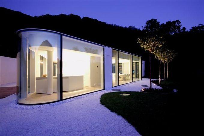 卢加诺湖上出售的豪华现代别墅