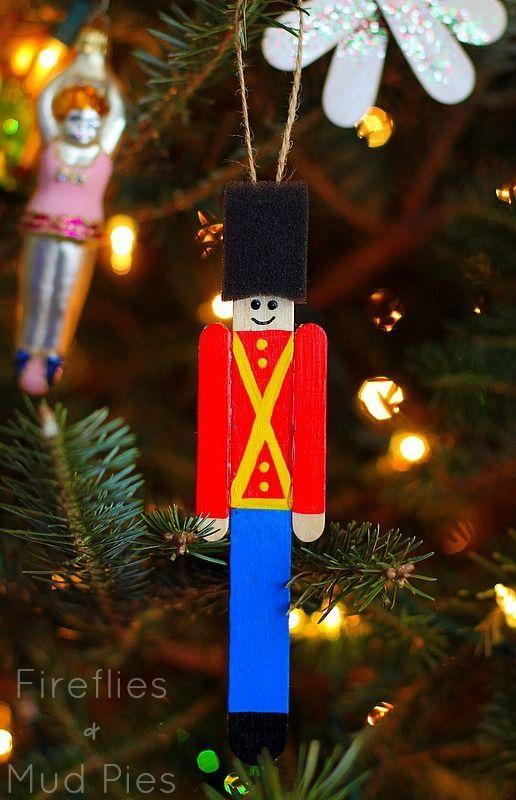 孩子们一定会喜欢制作这款冰棍棒玩具士兵装饰品。如果您需要最后一分钟的项目来应对这些惊喜的下雪天,那么这款冰棍棒工艺符合要求。
