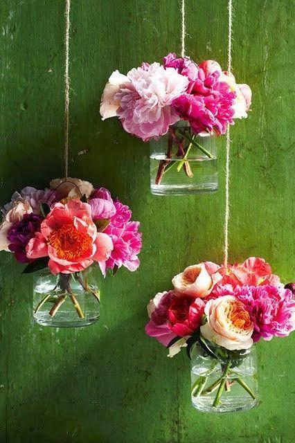 挂梅森罐子和花//原始来源不明。