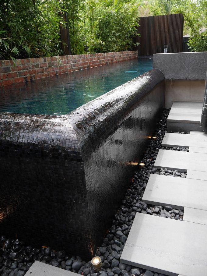 这个梦幻般的无边泳池的角落细节,黑色玻璃马赛克瓷砖内饰。固定于泳池设计 - 墨尔本BASK泳池设计的Darin Bradbury的Infinity Edges。