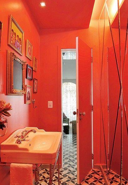 O lavabo projetado pelo designer Marcelo Rosenbaum tem teto e parede vermelhos. A monocromia é reforçada pelo espelho, que reflete o tom intenso