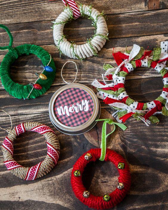 梅森罐子在日常家居装饰中运作良好 - 它们非常适合储存,它们可以制作出优质的饮用杯,而且它们也可以制作成很棒的DIY项目。学习如何将普通的梅森罐盖变成节日的梅森罐子装饰品。