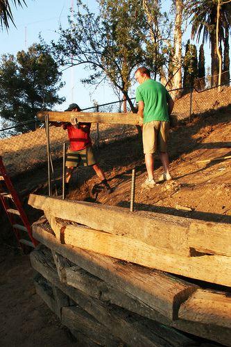 如何建造铁路护栏挡土墙。一个大的倾斜后院可能看起来很吸引人,但是一旦你开始修剪这个无法使用的侧山,你可能会考虑摆脱它的好处。因此,建立铁路领带的想法......