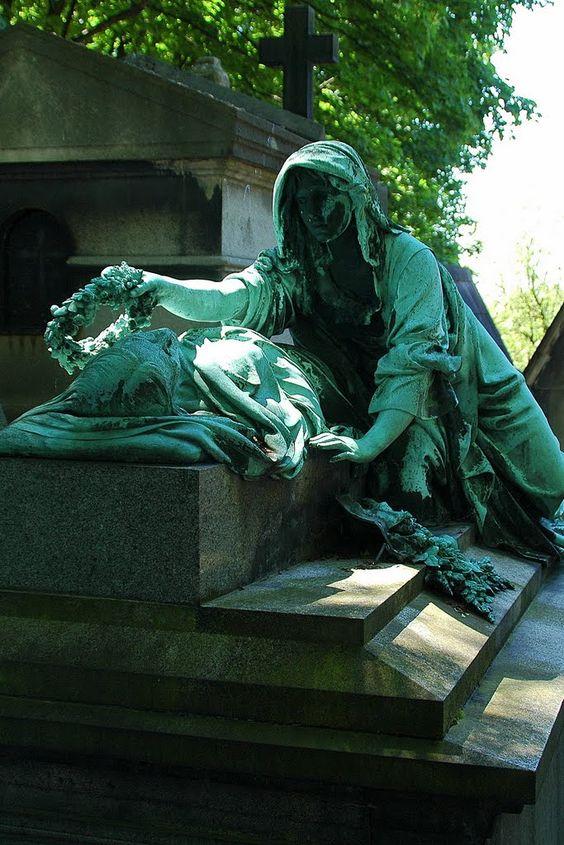在巴黎拉雪兹神父公墓的雕像 - 为你的头花花环,为你的床石头枕头。一个微笑。一滴泪。我会留在这里。即使你死了,我也会和你说话。