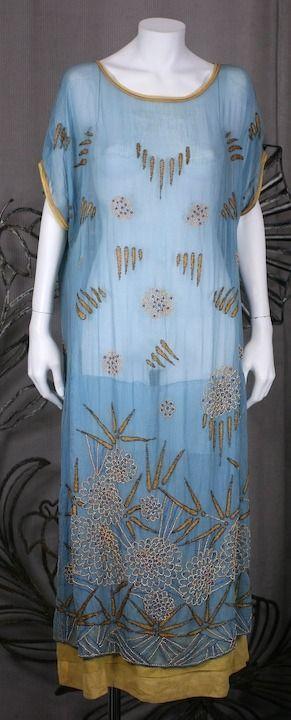 1920年的刺绣日装。亚岱尔之家
