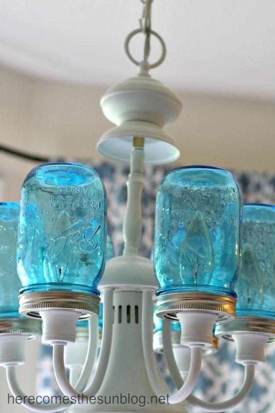 在这个DIY梅森罐子吊灯的分步教程中,给一个旧的照明灯具改造蓝色梅森罐子。
