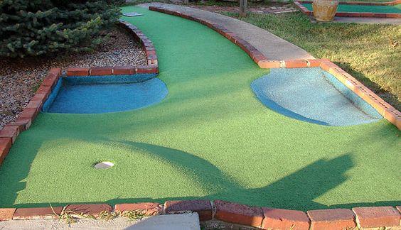 在后院迷你高尔夫球场中可以使用蓝色地毯模拟水。