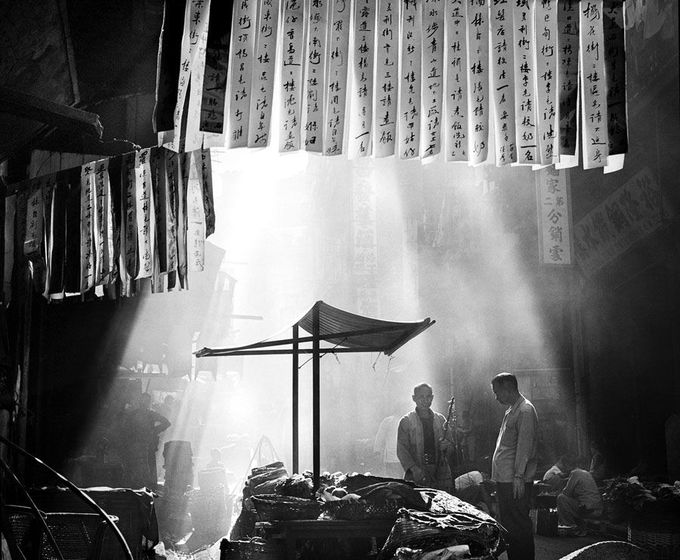 © Fan Ho - Série   Hong Kong Yesterday - In a Chinese Street