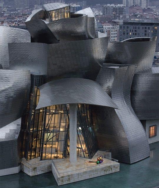 毕尔巴鄂古根海姆博物馆是一座现代和当代艺术博物馆,由加拿大裔美国建筑师弗兰克·盖里设计,位于西班牙巴斯克地区的毕尔巴鄂。
