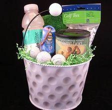 关于如何制作自制高尔夫礼品的想法。高尔夫爱好者喜欢任何可以增加他们对比赛享受的小玩意,配件或灵感物品。装满高尔夫必需品的礼品篮是理想的礼物;特别是如果他们个性化。偶尔的高尔夫球手因摸索找到玩这个游戏所需的基本工具而臭名昭着,比如球,T恤......