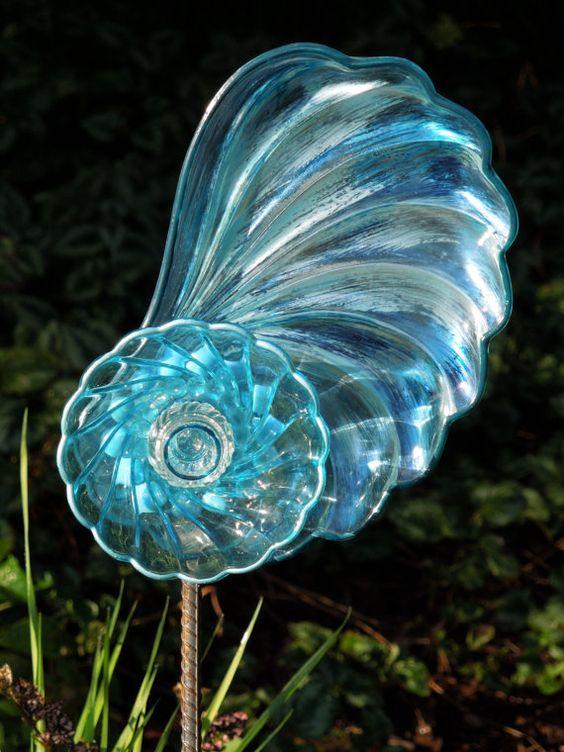 """玻璃花园艺术,玻璃艺术,太阳捕手,玻璃花园花园,TOTEM雕塑,手工制作,许多手绘。每个UINQUE作品用重新塑造的玻璃器皿THE ABOVE玻璃花制成,带有一个有趣的""""贝壳形""""板 - 该板具有美丽的蓝色底色。然后应用了彩虹色蓝色和乳白色奶油釉。接下来的一层是水蓝色的碗���小巧的盐瓶,配以蓝色的油漆。三(3)层玻璃创造了一块。措施:10英寸长度和7英寸宽度***假日特别***通过2012年底,花园钢筋股份将包括在每个订单中!根据盒子的大小,免费的赌注将根据长度(14-18英寸)而变化,并涂上两层防锈黑色涂料。返回GLASS BLOOMS主页:http://www.etsy.com/shop/GlassBlooms?ref=seller_info一般信息(***请参阅POLICY部分了解更多信息***)再生玻璃,板材和陶瓷分层创造'玻璃板花'。大部分作品都是手绘的。 Embellshments可能被添加到恭维玻璃器皿和颜色。玻璃瑕疵预计;添加到每件作品中。打算放在3/8英寸钢筋上。将曲棍球棒粘在每件的背面,并在钻孔上安装3/8英寸的钢筋。大型的'玻璃板花',可能会在你的花园更长久的花园钢筋股票吸引力。为了方便起见,我已经开始以最低的费用销售*** 24英寸***彩绘花园钢筋股份......定价覆盖邮寄管和运输。这些较长的花园螺纹钢桩将与'玻璃板花'分开运输,购买时请画*** 24英寸花园钢筋混凝土板,点击下面的链接:https://www.etsy.com/listing/104493877/rebar -garden-stake?ref = pr_shop访问我的照片库网站:www.photobucket.com/glassblooms如果您看到任何首选的颜色组合或样式,请与我联系。"""