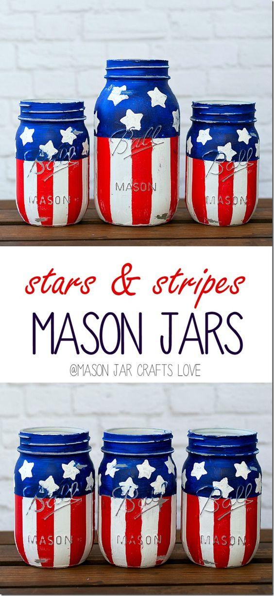 星条旗梅森罐子。红色白色蓝色金属螺盖玻璃瓶工艺。爱国梅森罐子工艺的想法。如何制作星条纹梅森罐子。梅森罐子工艺品。
