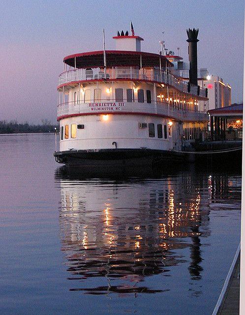 在威明顿河上的河船。