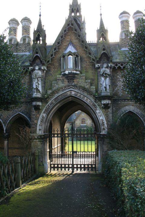 此外,新的Highgate墓地非常值得一看。尽管他并不像旧时代那样古老腐朽,但你可能知道一些人物的坟墓。但首先一些印象!美丽的公墓,对吗?非常大气,有时有点可怕。也许那里最着名的人物......