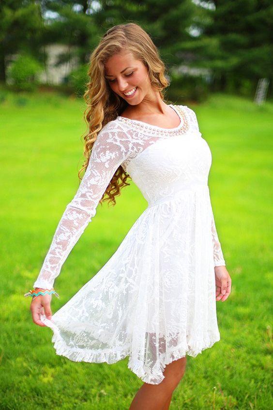 这里有一些名人风格的春季白色连衣裙,可以让你看起来很新鲜,无论你在哪里。