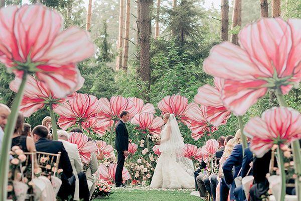 超大的纸花将您的婚礼场地变成一个迷人的花园。