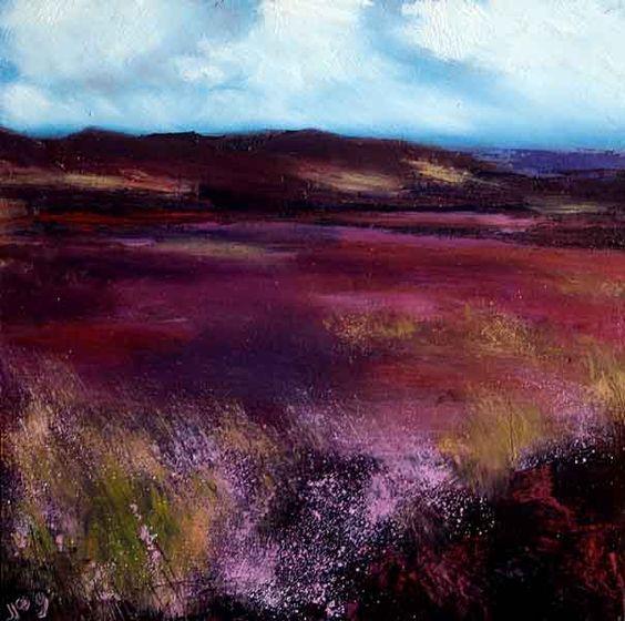 一幅爱尔兰风景画,画有各种阴影的紫色和多云的天空