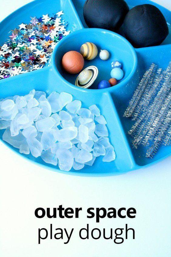 孩子们可以了解夜空和行星与这个太空玩幼儿园和幼儿园的面团邀请。