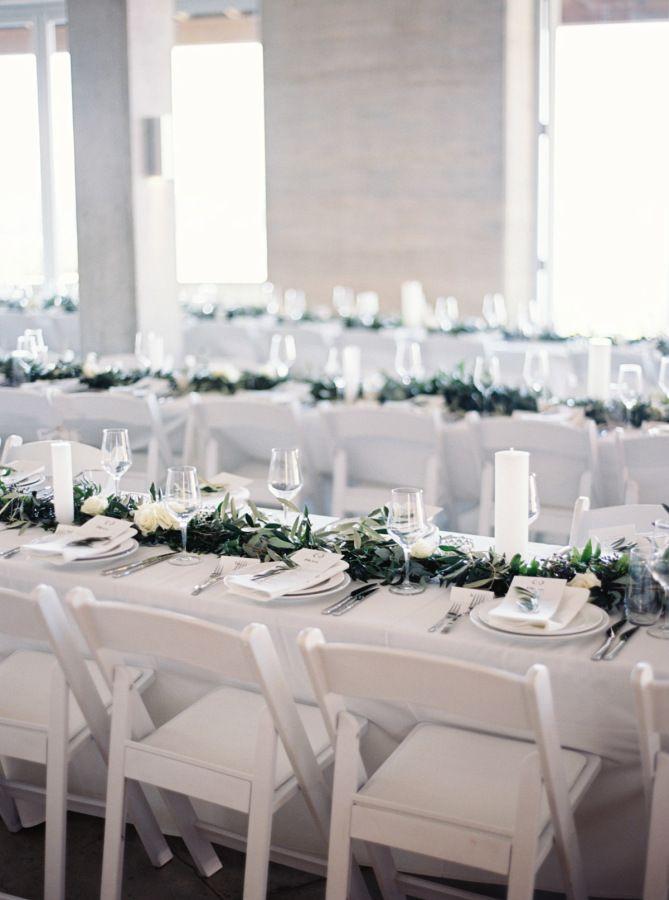 白色的白色婚宴|简单的白色折叠椅|现代简约婚礼与乡村风格|中性婚礼|绿色花环中心|怀赫科岛怀科普湾|池畔海滨婚礼