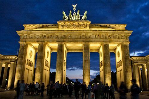 着名的欧洲地标勃兰登堡门在巴黎广场在德国柏林举行