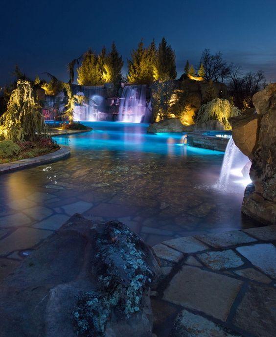 "Mustang Estate的游泳池和石窟设施是夜晚娱乐的好去处,由Caviness Landscape Design设计,是获奖的HGTV特色""酷池""。更多"