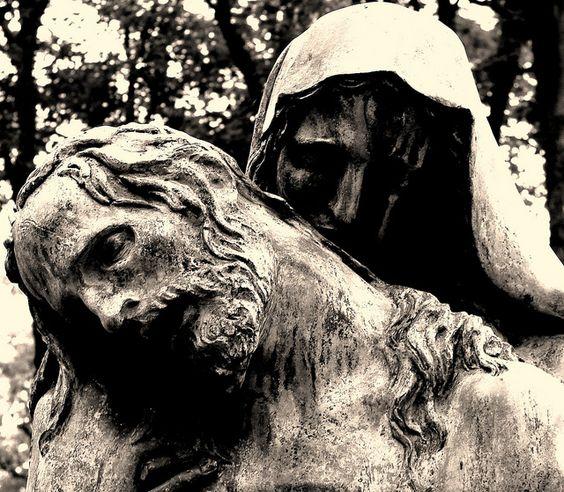 巴黎公墓中的一座宗教雕像Pere Lachaise巴黎公墓中的移动宗教雕像Pere Lachaise