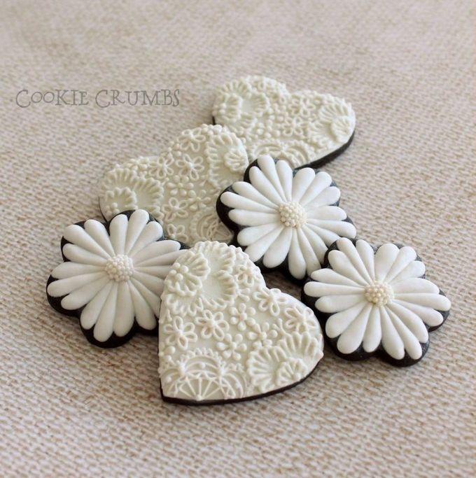 白色和象牙色的刺绣和鲜花,由MintLemonade制作的饼干(Cookie Crumbs)
