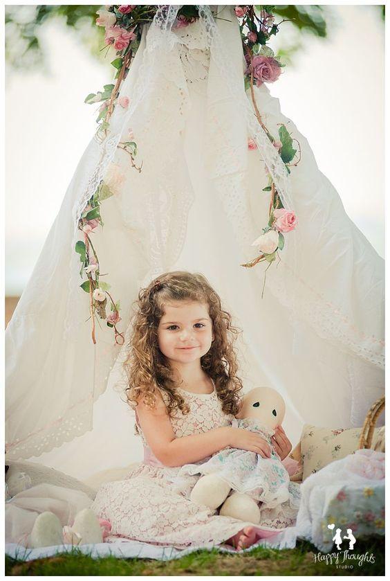 可爱的老式女孩玩娃娃在户外帐篷儿童摄影
