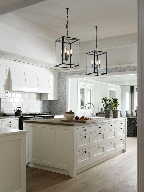 我们都喜欢一个漂亮的白色厨房,但实际上我喜欢所有可以在这种设置中炫耀的小细节。我有一个正在改造的客户