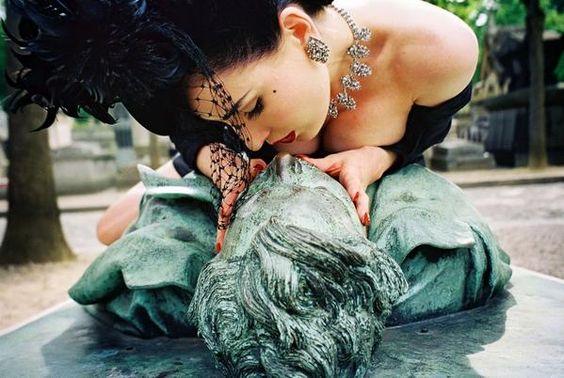 "Dita Von Teese在巴黎的""Pere Lachaise墓地""亲吻Victor Noir的墓碑。照片:Christophe Mourthe©"
