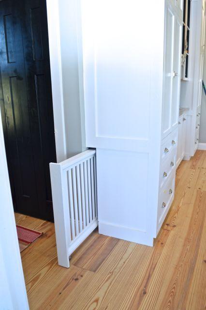 当定制我们的橱柜时,我们与我们的橱柜制造商合作创建了一个内置的隐藏式狗门,非常适合我们的家庭!